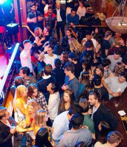 танцы в ночном клубе Crocodile Rock